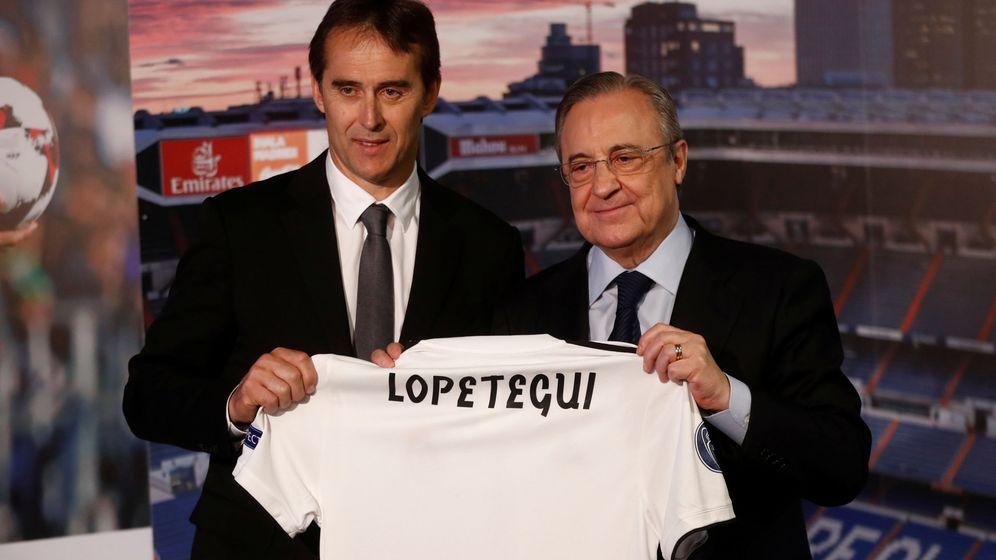 Foto: Julen Lopetegui y Florentino Pérez posan en el día de la presentación del entrenador en el palco del Bernabéu. (Efe)