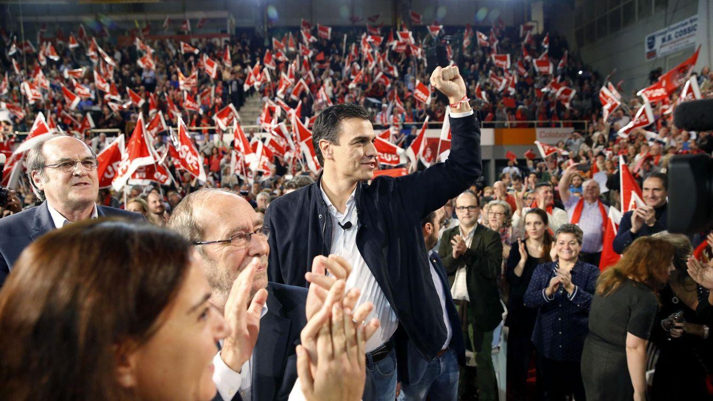Foto: Pedro Sánchez, en el cierre de campaña en Fuenlabrada, con su alcalde, Manuel Robles; el portavoz en la Asamblea, Ángel Gabilondo, y la líder del PSOE-M, Sara Hernández. (EFE)