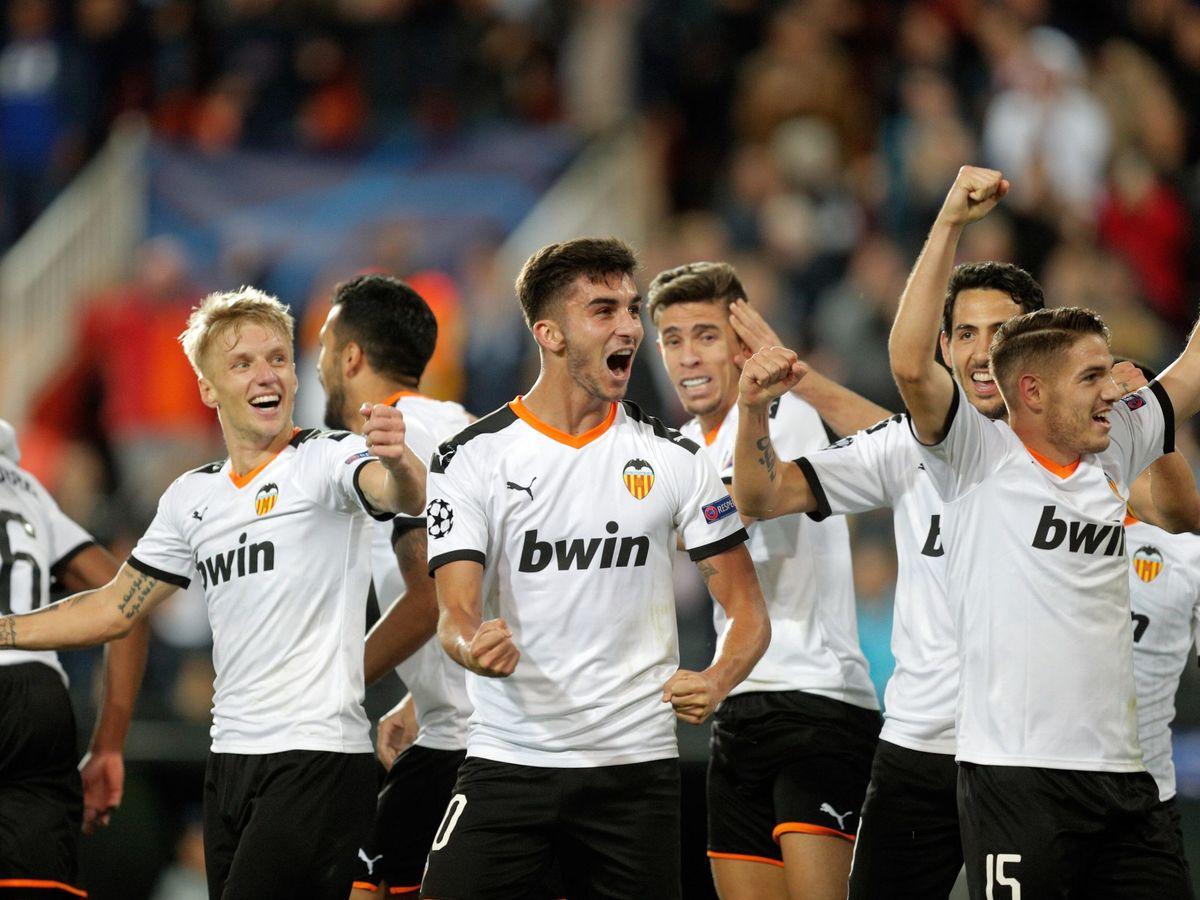 Foto: La celebración del gol de Kondogbia, el tercero del Valencia. (EFE)
