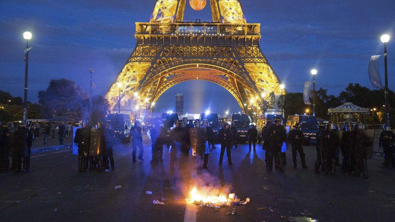 Foto: Medio centenar de detenciones en París durante la final de la Eurocopa. (Efe/Nicolas Serve)