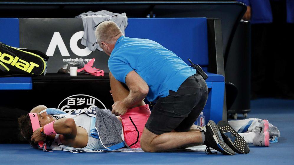 Foto: Nadal fue atendido por el fisioterapeuta durante su partido contra Cilic y luego acabó retirándose. (Reuters)
