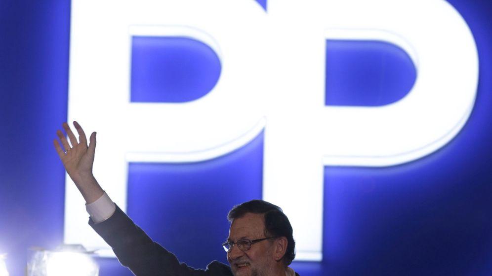 Foto: Mariano Rajoy se dirige a sus simpatizantes en la sede del PP. (EFE)