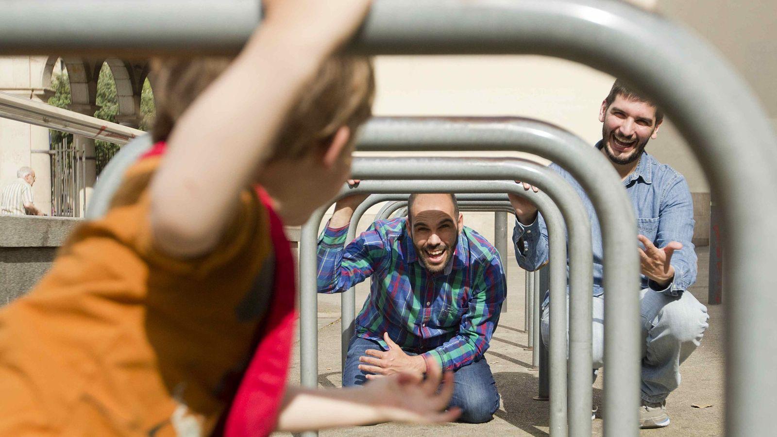 Foto: El deseo de Mario (d) y Sergio (i) por traer un hijo al mundo mediante la gestación subrogada, una práctica ilegal en España, les llevó a viajar a EEUU. (EFE)