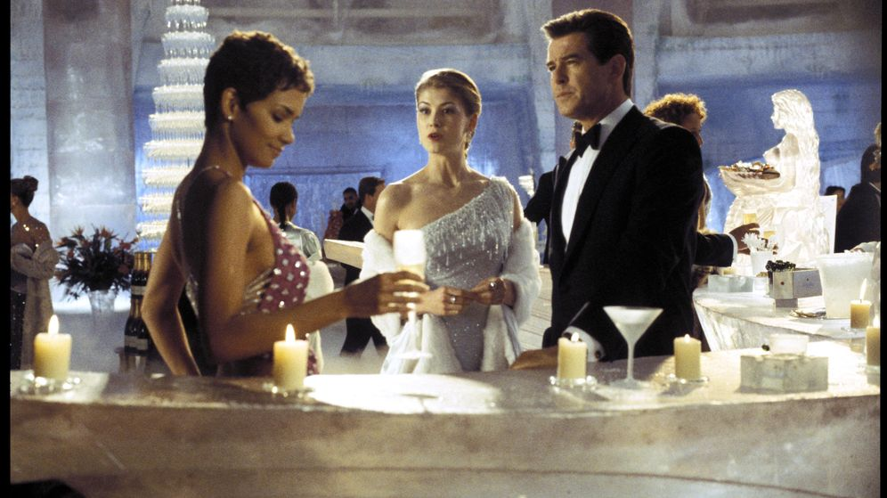 Foto: Pierce Brosnan interpretando a James Bond junto a Halle Berry y Rosamund Pike (2002 Danjaq, LLC and United Artists Corporation)