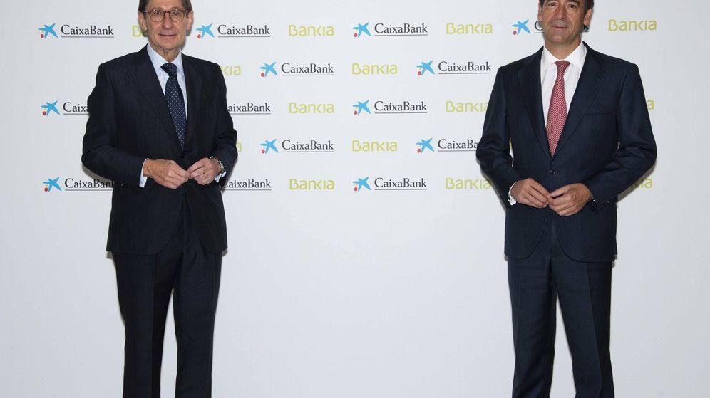 Foto: José Ignacio Goirigolzarri, presidente de Bankia, junto a Gonzalo Gortázar, consejero delegado de CaixaBank.
