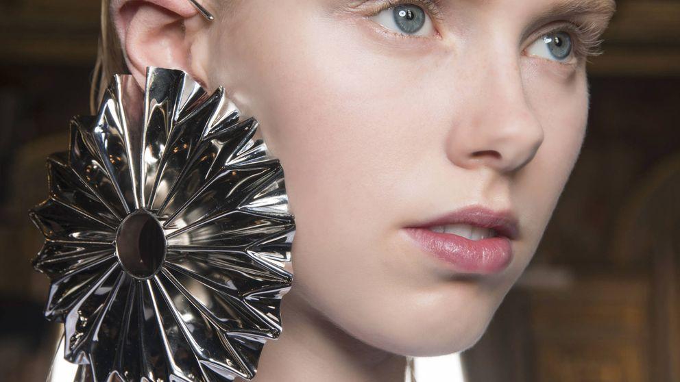 Peinados para presumir de pendientes grandes sin caer en excesos innecesarios