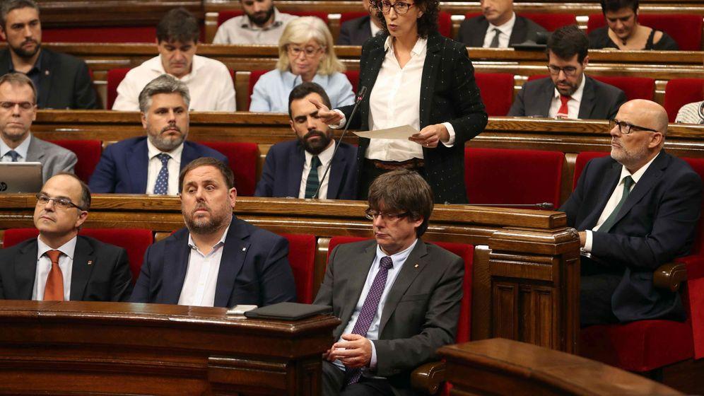 Foto: Marta Rovira, de pie en el Parlament de Cataluña. (EFE)