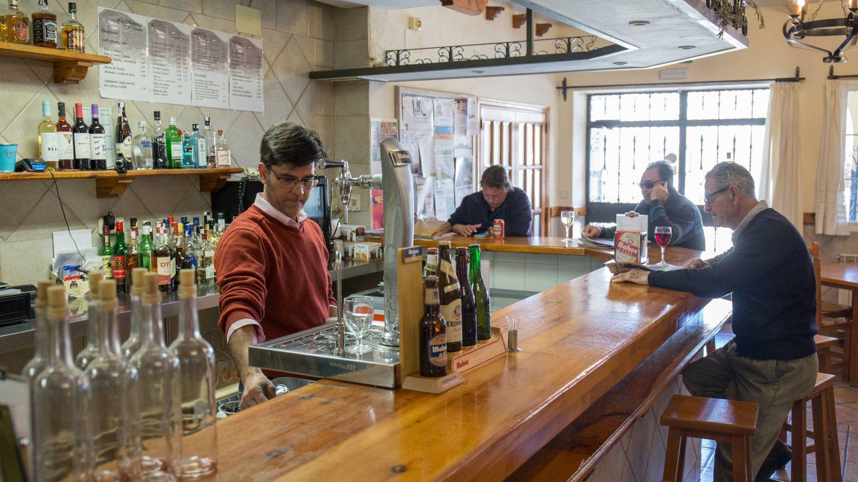 Antonio Sánchez junto a unos clientes en el bar La Mansiega de Torremocha del Jarama. (D.B.)