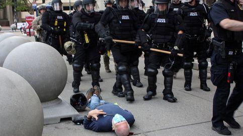 Trump dice que la agresión policial a un anciano, herido grave, sería un montaje