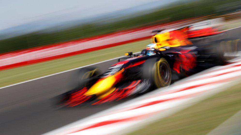 Foto: Ricciardo, atacando los pianos en Hungaroring. (EFE)
