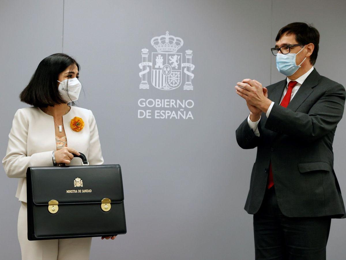 Foto: La nueva ministra de Sanidad, Carolina Darias, recibe la cartera de manos Salvador Illa. (EFE)