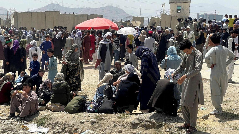Foto: La gente espera fuera del aeropuerto Hamid Karzai en Kabul, Afganistán. (Reuters)