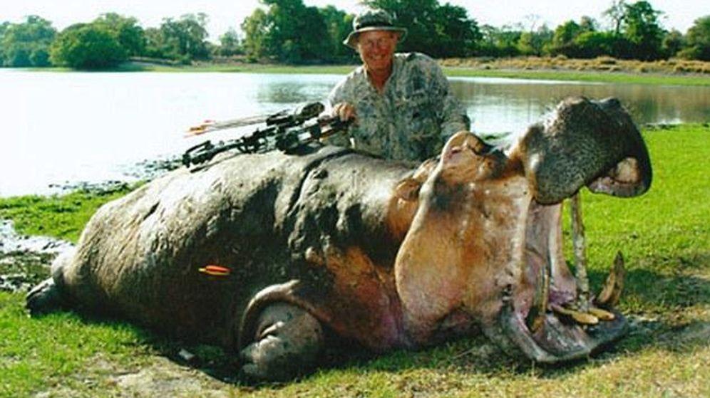 Foto: El médico estadounidense, Jan Casimir Seski, posa con un hipopótamo. (Facebook)