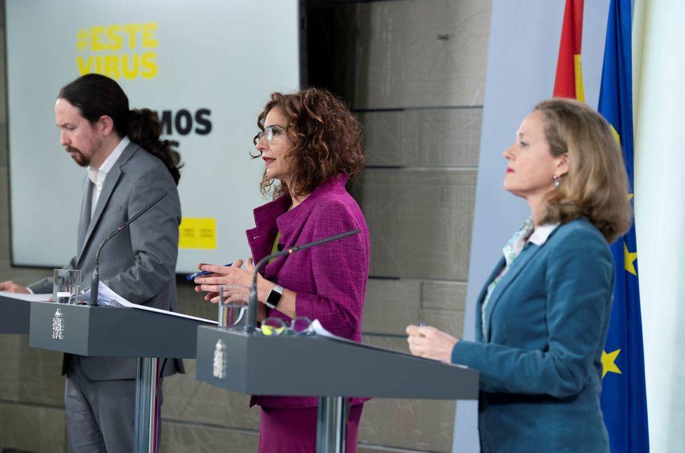 Foto: Los vicepresidentes Pablo Iglesias y Nadia Calviño, junto a la ministra de Hacienda y portavoz, María Jesús Montero, este 31 de marzo en la Moncloa. (Pool Moncloa)