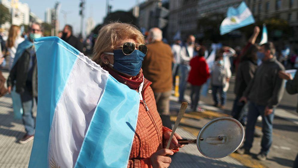 Foto: Una mujer protesta contra la gestión de la crisis del covid en Argentina. (Reuters)