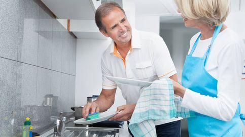 Por qué el mayor riesgo para una relación de pareja es fregar los platos