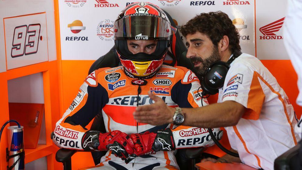 Foto: Marc Márquez junto a Santi Hernández, su jefe de mecánicos (Repsol Media).