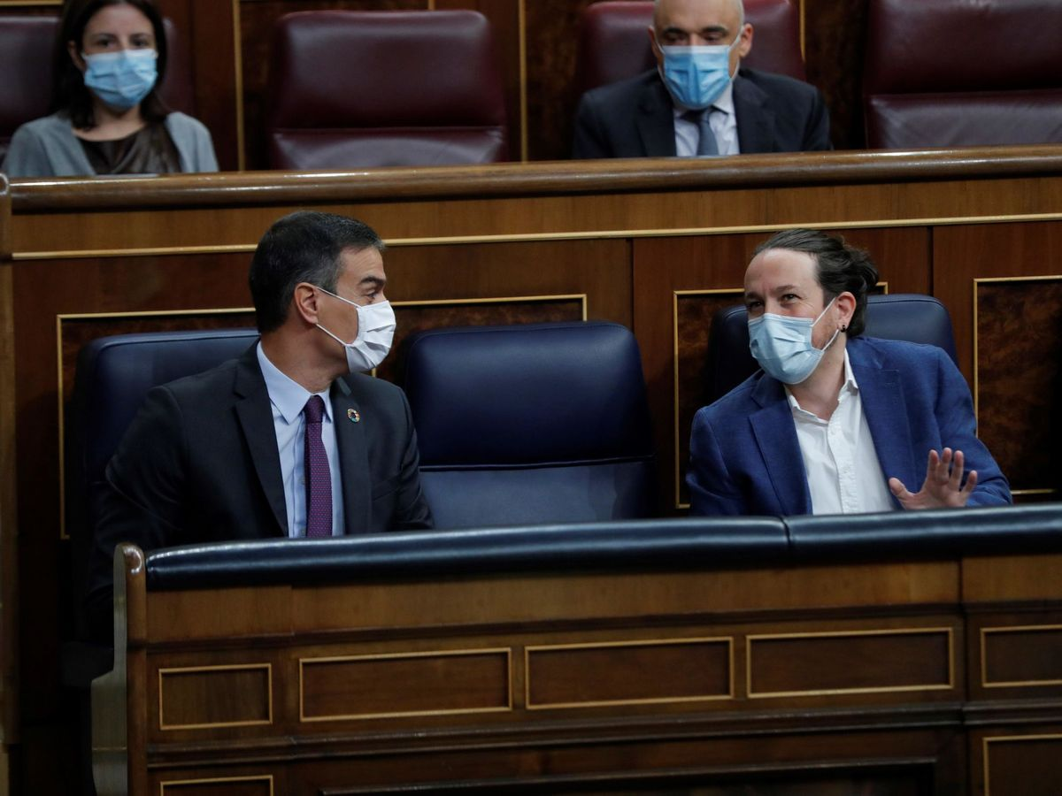 Foto: El presidente del Gobierno, Pedro Sánchez, y el vicepresidente segundo, Pablo Iglesias, conversan al inicio de la sesión de control al Ejecutivo este miércoles en el Congreso. (EFE)