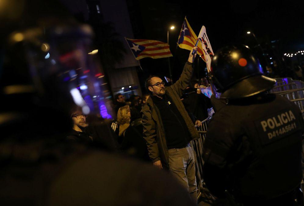 Foto: Protestas en los exteriores del hotel en el que se alojó Sánchez en Barcelona. (Reuters)