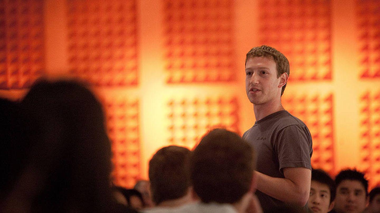 Mark Zuckerberg, fundador de Facebook, durante una charla en YCombinator, la 'fábrica de startups' más reputada de Silicon Valley. (YC)