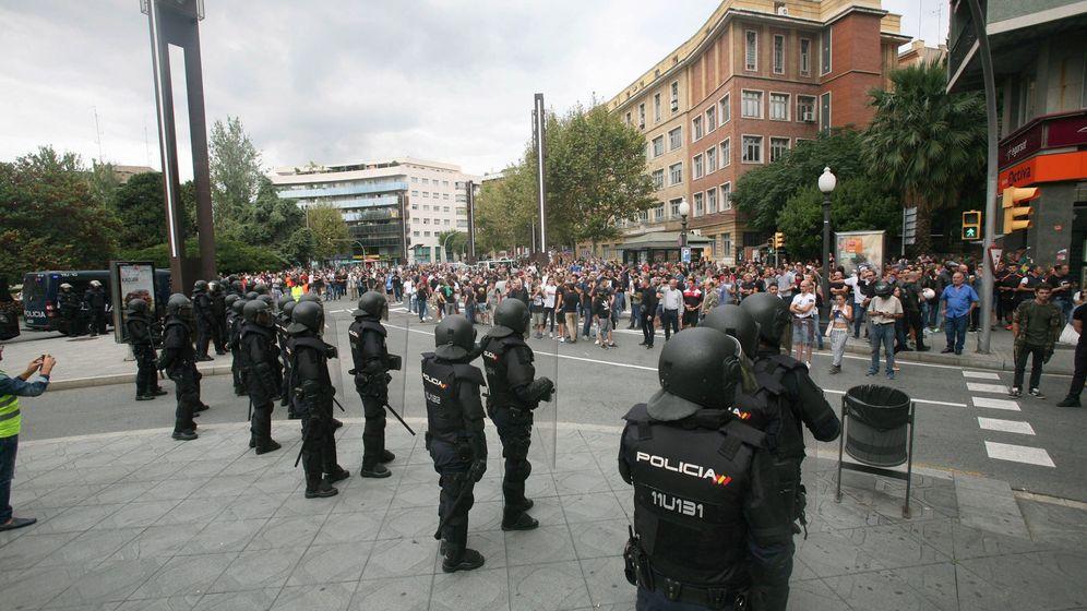 Foto: Agentes de la Policía Nacional forman un cordón policial en el exterior del IES Tarragona el pasado 1 de octubre en Barcelona. (EFE)