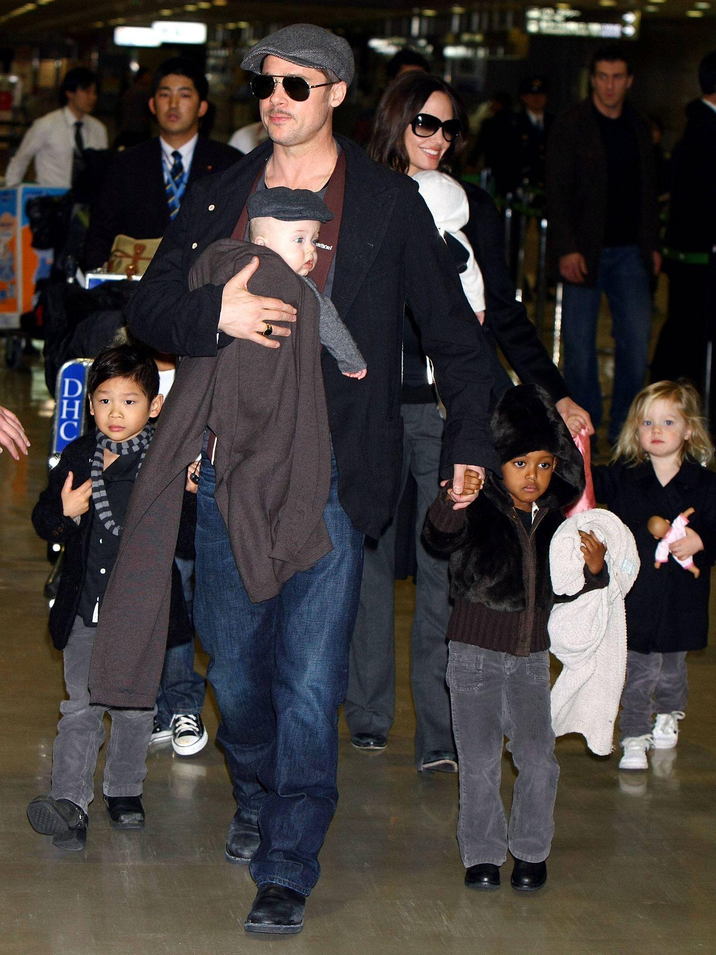 Angelina Jolie y Brad, con sus hijos en 2009. (Getty)