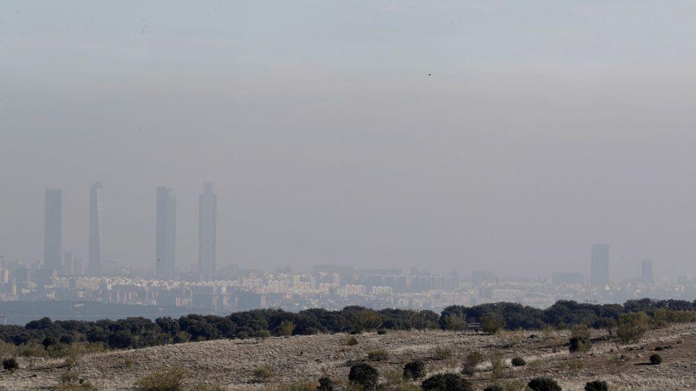 Foto: El 'smog' o nube tóxica que se desprende de la contaminación. A lo lejos, Madrid. (EFE/Ángel Díaz)