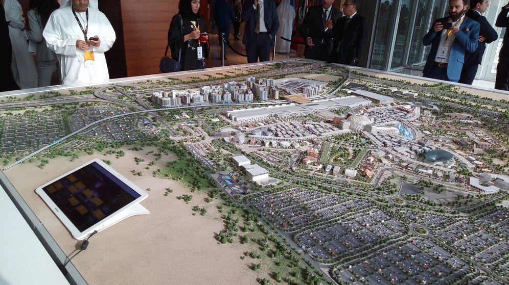 Foto: La maqueta de Expo Dubái 2020, en cuyo centro puede verse la estructura diseñada por Santiago Calatrava. (I. Álvarez)