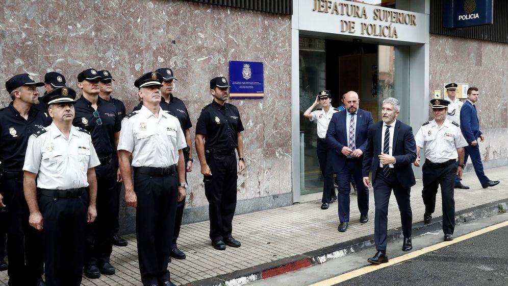 Foto: El ministro del Interior, Fernando Grande-Marlaska, acompañado por el jefe superior de la Policía Nacional en Navarra. (EFE)