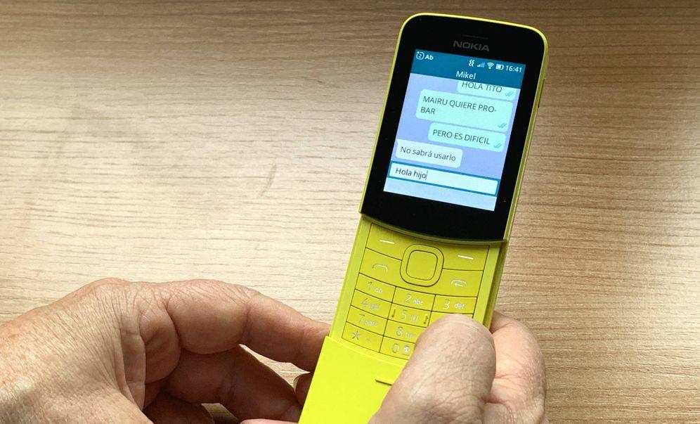Foto: Mi madre escribiendo en el nuevo Nokia 8110 4G. (Foto: Mikel Cid)