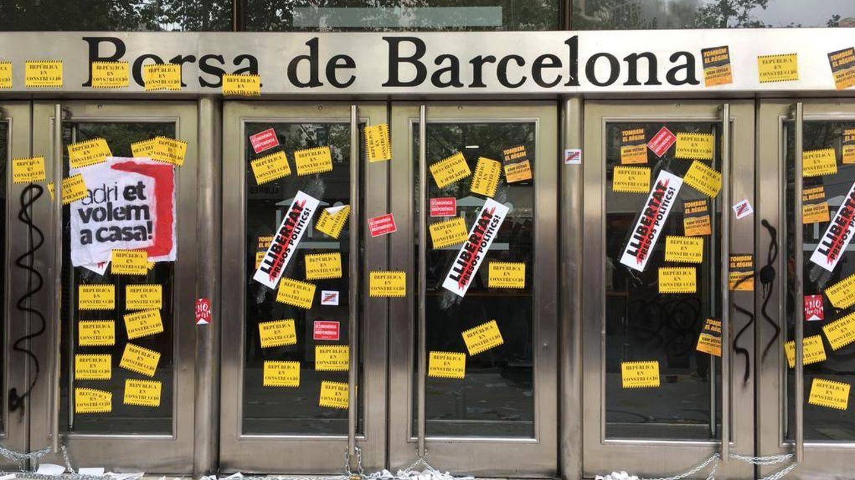 Así quedó de empapelada la entrada a la Bolsa de Barcelona. (FOTO: David Brunat)