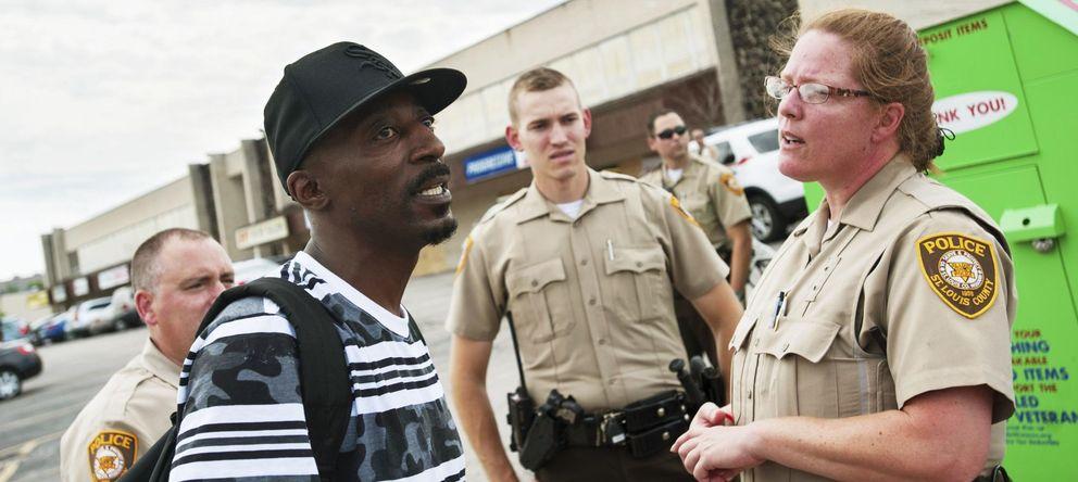 Foto: Agentes de policía de Ferguson discuten con un manifestante.