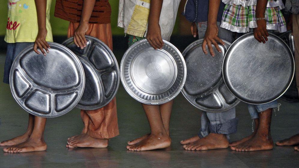 Foto: Niños aguardan para recibir su ración de comida en un orfanato de India. (Reuters)
