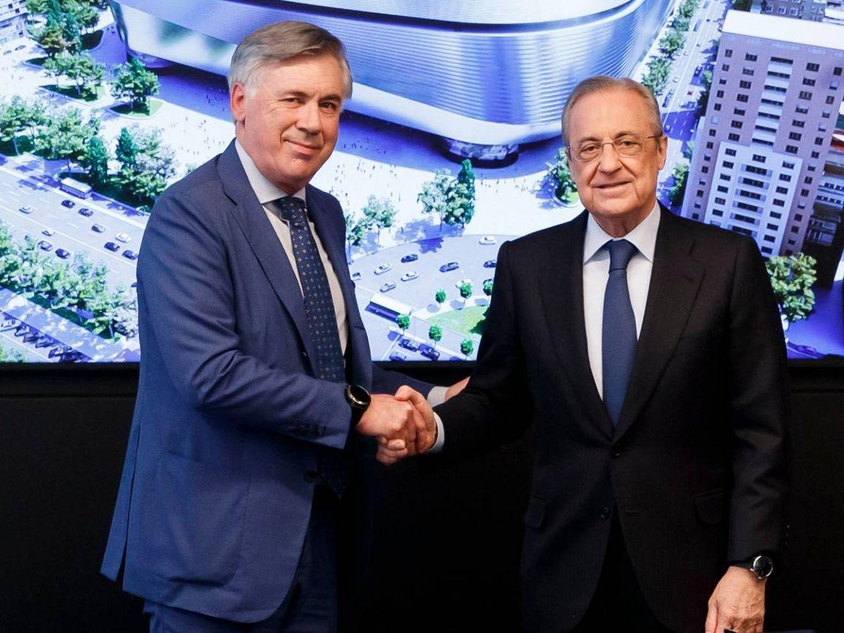 Foto: Ancelotti y Florentino estrechan la mano tras la firma del contrato. (realmadrid)
