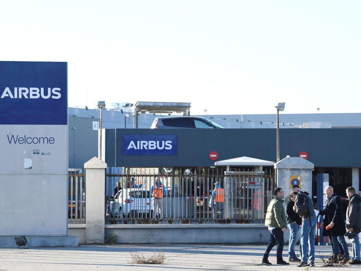 Foto: Trabajadores de Airbus participan en un paro en la fábrica de Airbus en Getafe, Madrid (EFE)