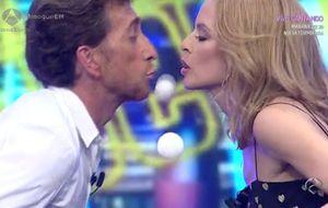 El beso de Pablo Motos y Kylie Minogue