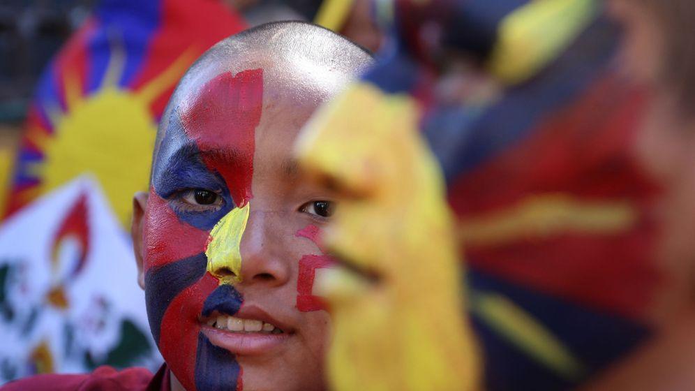 Foto: Exiliados tibetanos en Dharamsala, India, participan en una marcha de paz durante el 60º aniversario del Alzamiento Nacional del Tíbet. (EFE)