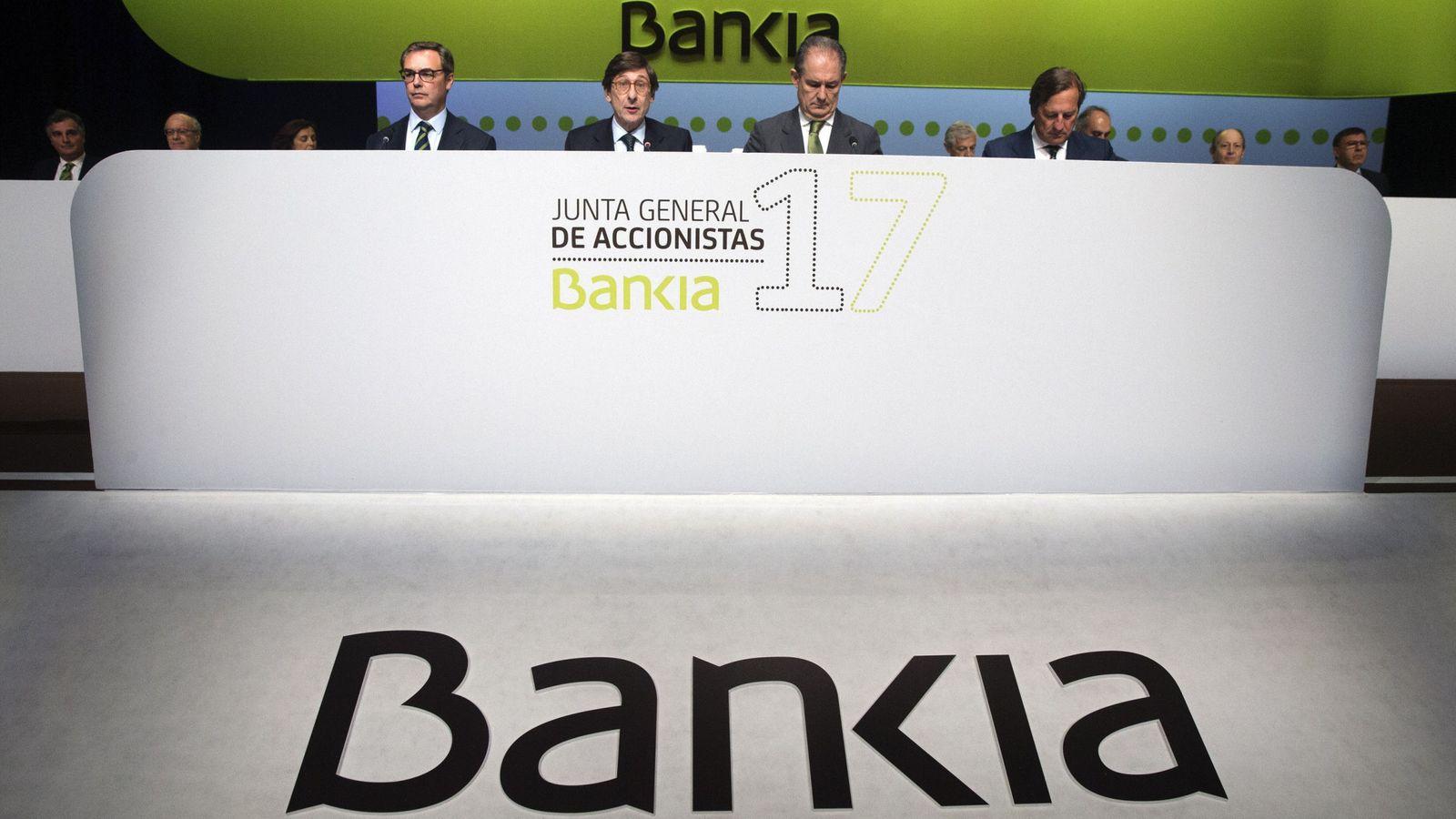Foto: El presidente de Bankia, Jose Ignacio Goirigolzarri (2i), durante la junta de accionistas de la entidad. (EFE)