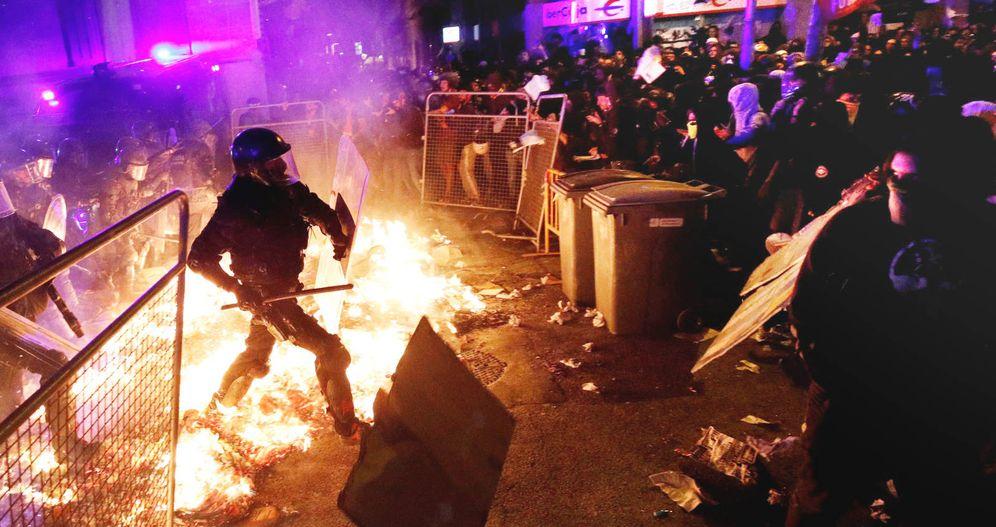 Foto: Dos 'mossos' protegen la Delegación del Gobierno de Barcelona. (Reuters)