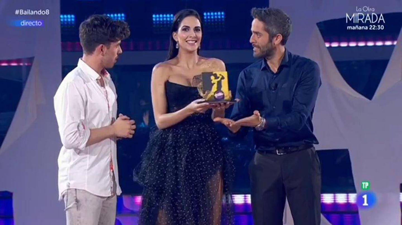 Roi, junto a los dos presentadores de 'Bailando con las estrellas'. (TVE)