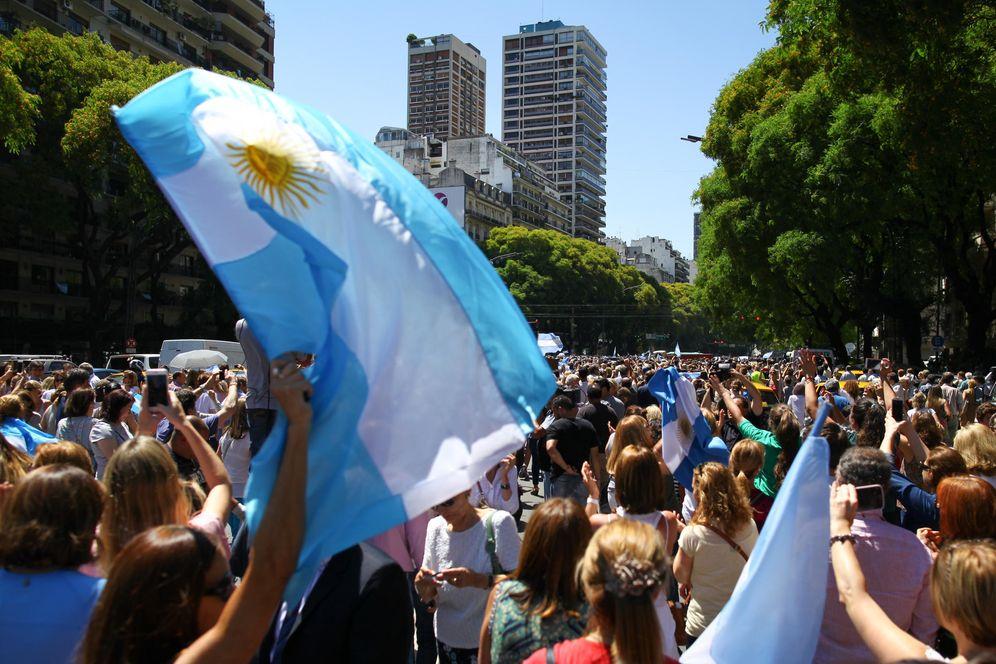 Foto: Seguidores de Mauricio Macri antes de la ceremonia de investidura. (EFE)