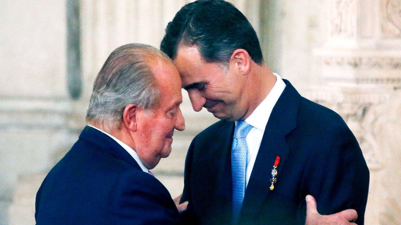 Juan Carlos I y su hijo, el rey Felipe VI. (Reuters)