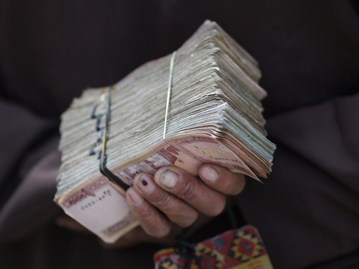 Foto: Un fajo de afganis, la moneda local de Afganistán. (Reuters)