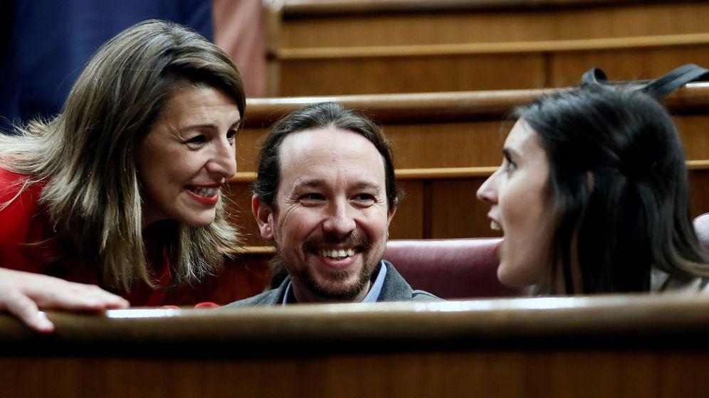 Foto: Yolanda Díaz (i) conversa con Pablo Iglesias e Irene Montero en el Congreso. (EFE)