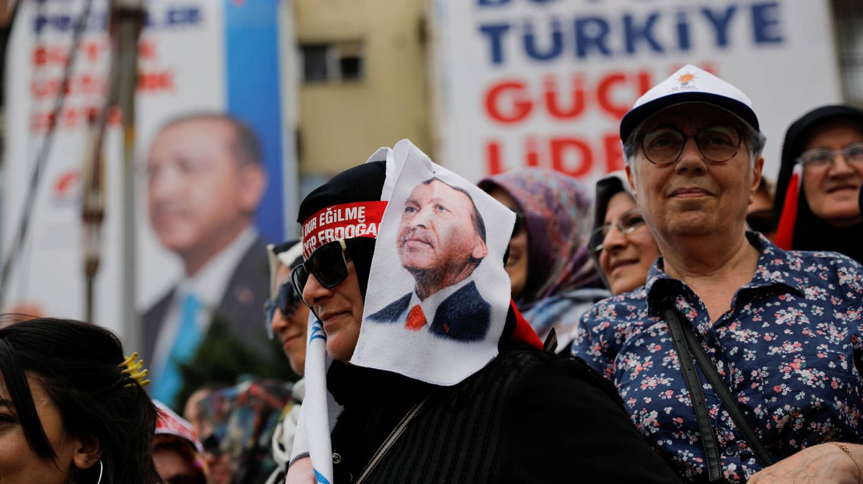 Votantes de Erdogan durante un acto de campaña en Estambul, el 22 de junio de 2018. (Reuters)