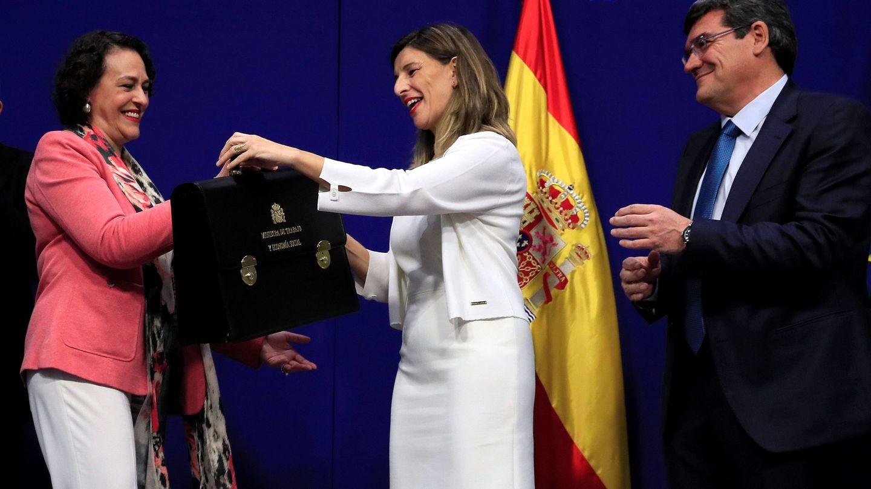 Yolanda Díaz, en el centro, junto a José Luis Escrivá y Magdalena Valerio, en el acto en el ministerio. (EFE)