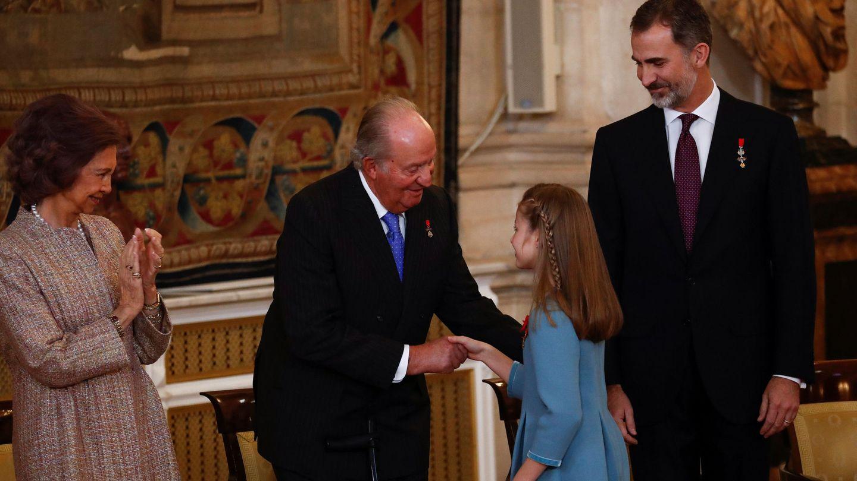 Leonor, saludando a su abuelo en la entrega del Toisón. (EFE)