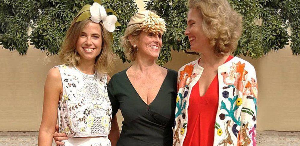Foto: Alejandra Salinas Harnden, novia de Michavila, junto a su hermana Tatiana y su tía, Mercedes Milá.