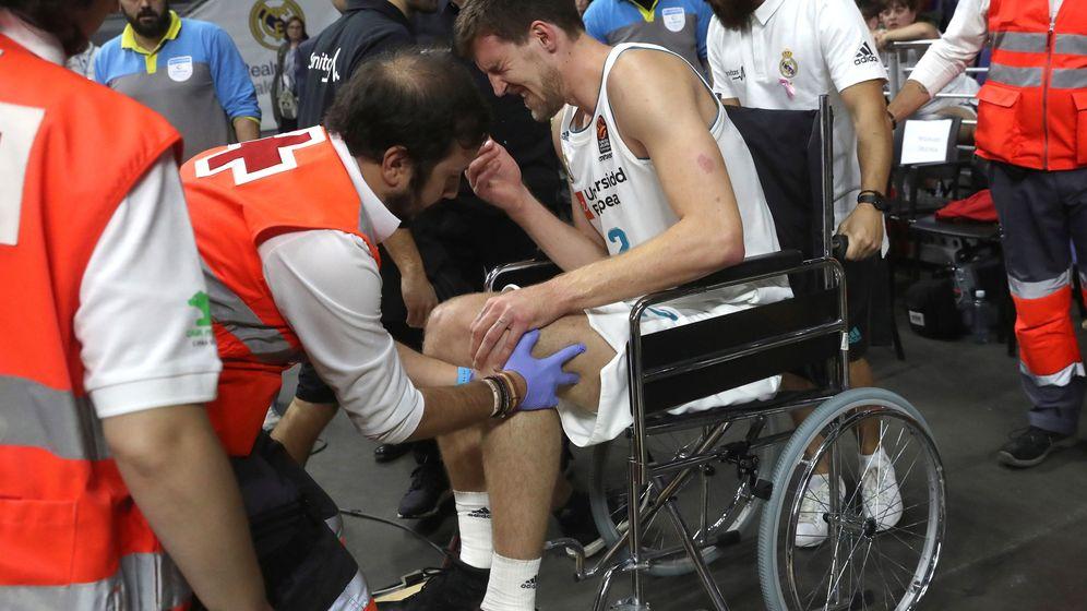Foto: Ognjen Kuzmic abandonó el parqué en silla de ruedas tras lesionarse la rodilla izquierda. (EFE)