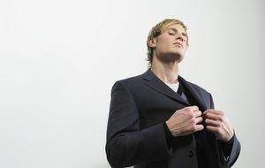 Las 10 cosas que la gente arrogante piensa constantemente pero se calla